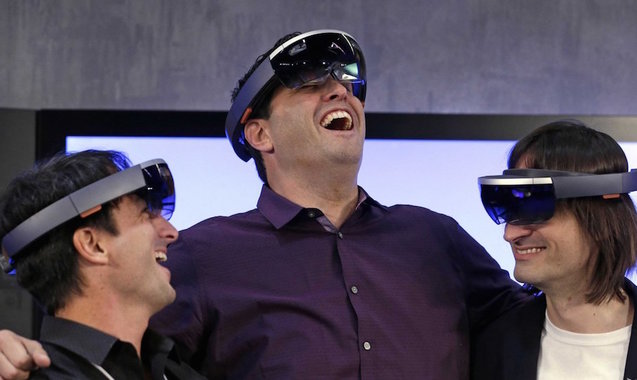 Uploads%2farticles%2f10338%2fmicrosoft executives testing the hololens
