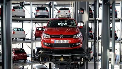标榜全球首创「激光导航+梳齿交换」式汽车搬运 AGV 机器人,其实去年德国已经商业化了