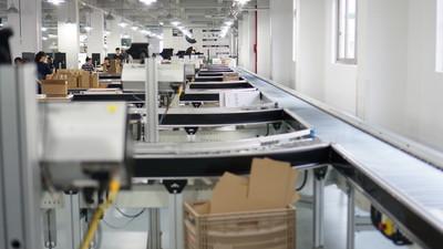 这家企业的生产线,用着 iPad、三星电视、机器人和无人车