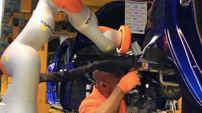 福特工厂里的汽车制造机器人,当得了助手还冲得了咖啡