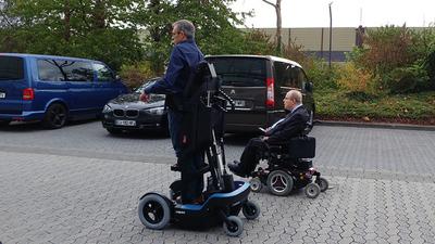 依靠 UPnRIDE 轮椅机器人,瘫痪人士也能重新直立行走