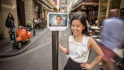 在残障人士「想看看外面的世界」这件事上,女孩造了个远程脑控机器人