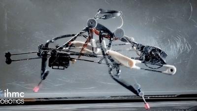 美研究人员展示鸵鸟形双足机器人,维持平衡的方式竟然是「奔跑」……