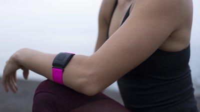 Scosche Rhythm+ 2.0 的心率监测带戴在手臂上 | CES 2021