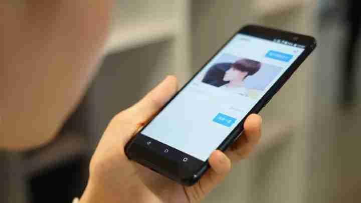 小度语音助手出现在 2017 年发布的 HTC U11 全面屏手机上