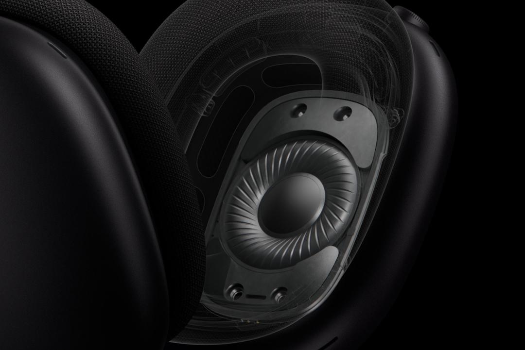 9-AirPods Max 会用总共六个外向式麦克风检测环境噪声,用两个内向式麦克风感知你聆听的内容