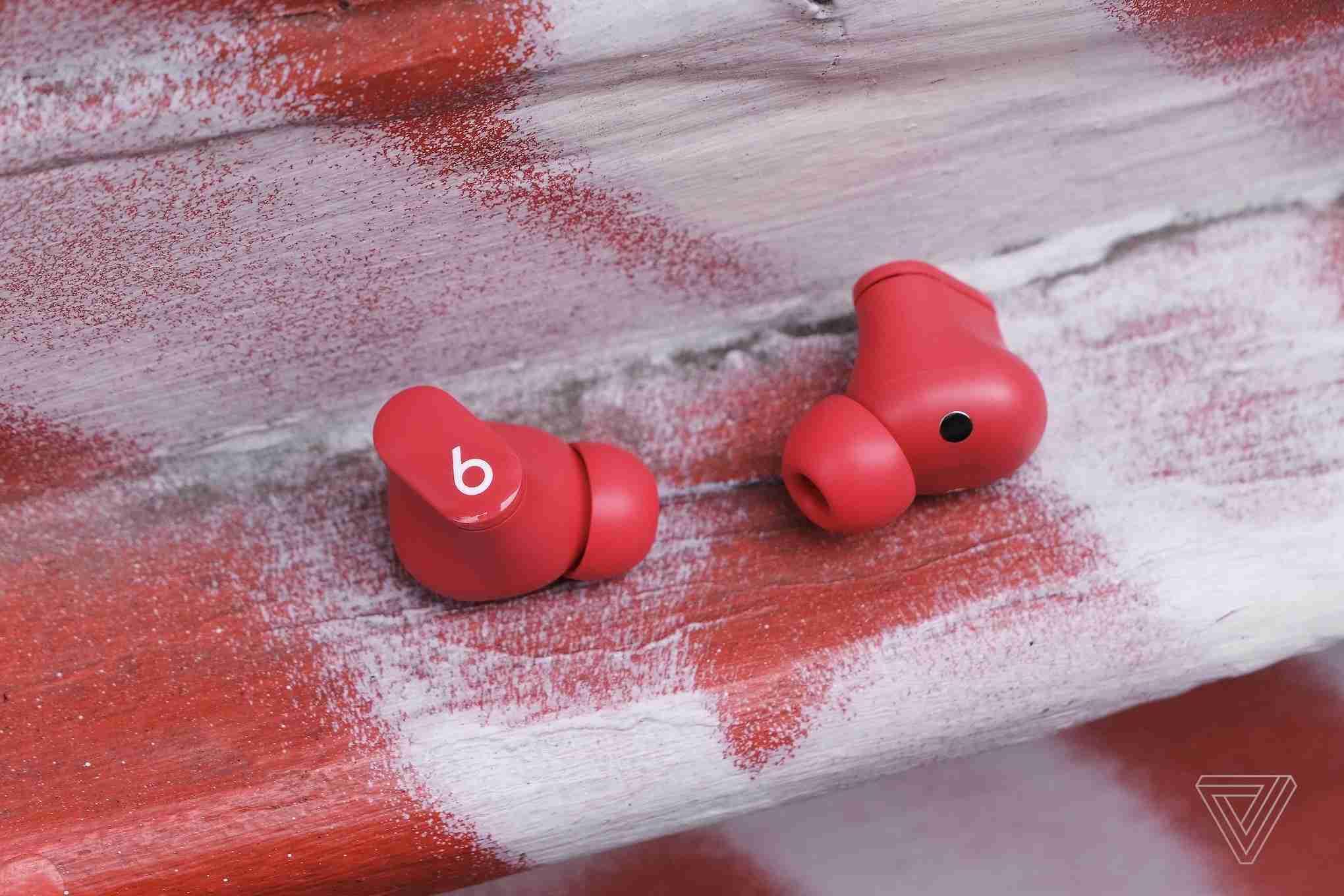Beats Studio Buds 侧面特写-2